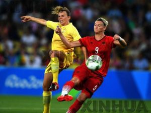 (160819) -- RIO DE JANEIRO, Aug. 19, 2016 (Xinhua) -- Germany's Alexandra Popp (R) vies for the ball during the women's gold medal match of Football between Germany and Sweden at the 2016 Rio Olympic Games in Rio de Janeiro, Brazil, on Aug. 19, 2016. Germany won the gold medal. (Xinhua/Cheng Min) (xr)